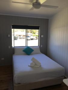 A bed or beds in a room at Lakeside Cabins & Holiday Village