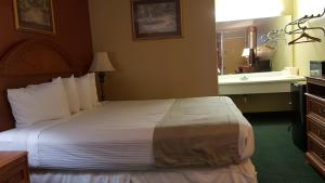 A bed or beds in a room at Plaza Inn Springfield