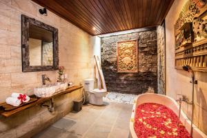 A bathroom at Bunut Garden Luxury Private Villa