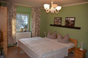 Ein Bett oder Betten in einem Zimmer der Unterkunft Villa Sonnenseite Jonsdorf