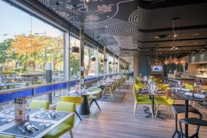 A restaurant or other place to eat at Mercure Mulhouse Centre