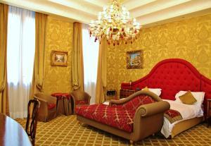 Un ou plusieurs lits dans un hébergement de l'établissement Pesaro Palace