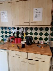 A kitchen or kitchenette at Barmy Badger Backpackers