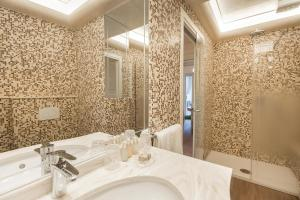 A bathroom at Guelphs & Ghibellines