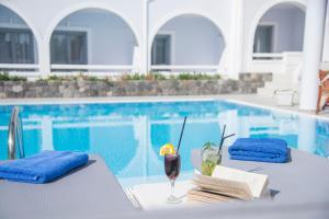 Piscina di Blue Waves Suites & Apartments o nelle vicinanze