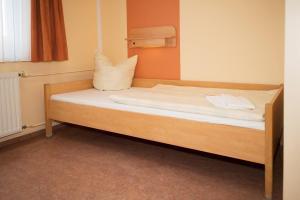 A bed or beds in a room at DJH Jugendherberge Dresden - Jugendgästehaus