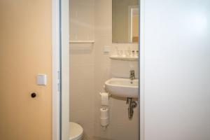 A bathroom at DJH Jugendherberge Dresden - Jugendgästehaus
