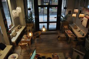 The lobby or reception area at Quartier Bilbao Hostel