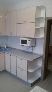 Кухня или мини-кухня в Апартаменты с балконом на Усадской