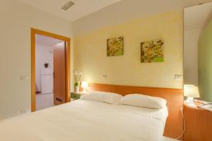 A bed or beds in a room at Villaggio Mare Si