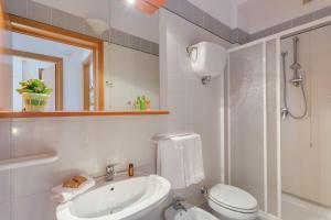 A bathroom at Villaggio Mare Si