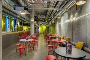 Ein Restaurant oder anderes Speiselokal in der Unterkunft MEININGER Hotel Berlin East Side Gallery
