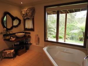 A bathroom at Bellbird Cottage B&B