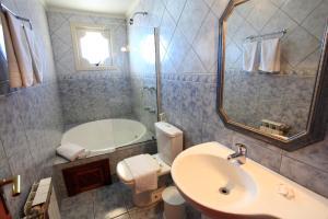 A bathroom at Hotel Cabanas Alto Da Serra