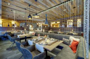 A restaurant or other place to eat at Hotel Kendler