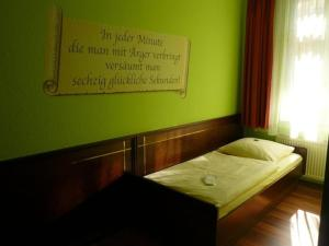 A bed or beds in a room at Hotel am Wilhelmsplatz