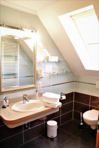 A bathroom at Landhaus Wremer Deel