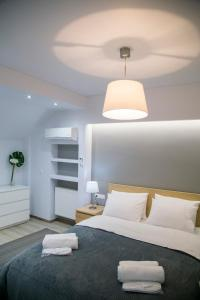 A bed or beds in a room at Luxury & Modern Apartment In Kolonaki
