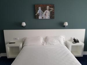 A bed or beds in a room at Hotel Gran Regente