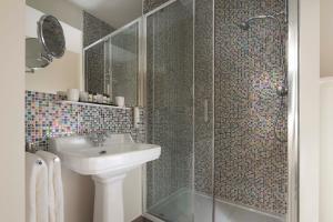 A bathroom at Hôtel Céleste Batignolles Montmartre
