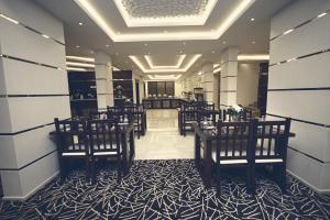 Um restaurante ou outro lugar para comer em Rest Night Hotel Apartments Wadi Al Dawasir