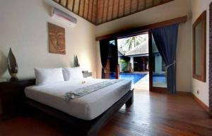 A bed or beds in a room at Luce d'Alma Suites Resort & Spa