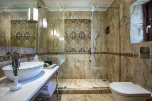 Ein Badezimmer in der Unterkunft Mystras Grand Palace Resort & Spa