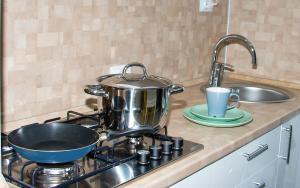 Кухня или мини-кухня в Apartment on Uritskogo