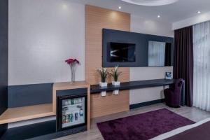 Телевизор и/или развлекательный центр в Aydinoglu Hotel