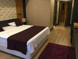 Кровать или кровати в номере Aydinoglu Hotel