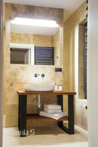 A bathroom at Apartamenty Szewska 25