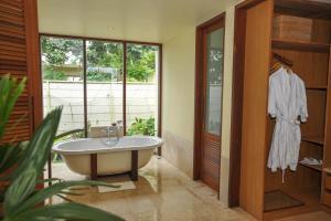 A bathroom at Komaneka at Rasa Sayang Ubud