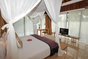 A bed or beds in a room at Komaneka at Rasa Sayang Ubud