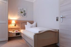 Ein Bett oder Betten in einem Zimmer der Unterkunft Hotel Waldblick Kniebis