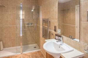 A bathroom at The Kenmore Club By Diamond Resorts