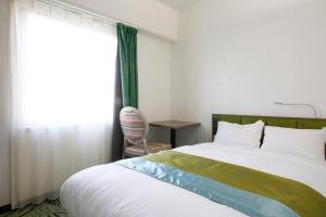 A bed or beds in a room at Hotel Keihan Tenmabashi