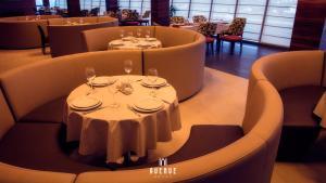 Um restaurante ou outro lugar para comer em Avenue Hotel Baku