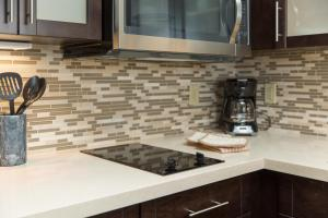 A kitchen or kitchenette at Staybridge Suites Corona South, an IHG Hotel