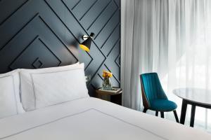 West Hotel Sydney, Curio Collection by Hilton tesisinde bir odada yatak veya yataklar