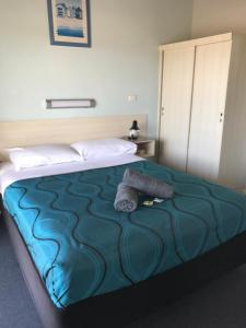 A bed or beds in a room at Merimbula Gardens Motel