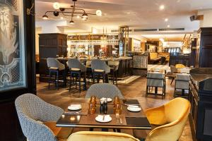 A restaurant or other place to eat at Steigenberger Frankfurter Hof