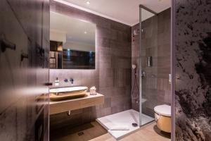 A bathroom at Hotel Colors Inn