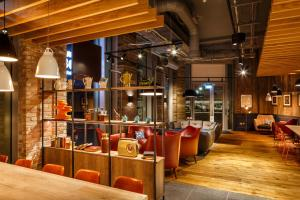 The lounge or bar area at ibis London Canning Town