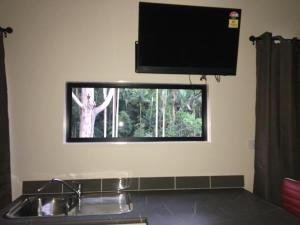 A television and/or entertainment center at Mapleton Cabins & Caravan Park