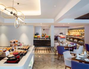 A restaurant or other place to eat at Le Meridien Goa, Calangute
