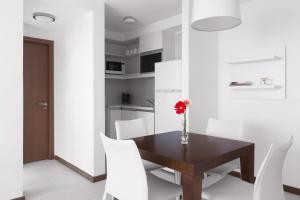 A kitchen or kitchenette at Real Colonia Hotel & Suites