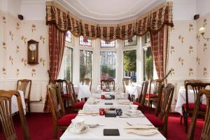 A restaurant or other place to eat at Lincoln House Private Hotel