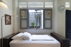 A bed or beds in a room at Noordin Mews