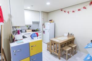 A kitchen or kitchenette at The JA Gangnam