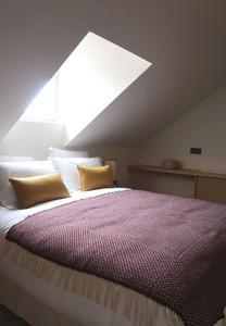 A bed or beds in a room at Hotel Habituel